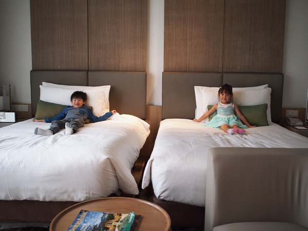 Crowne Plaza Deluxe Twin Room: Two little people are getting comfortable!