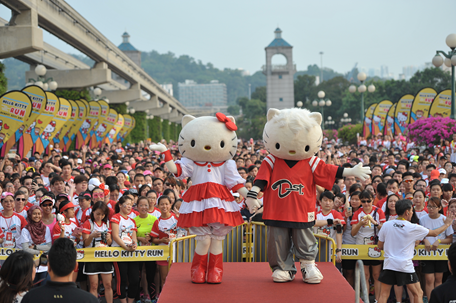 Hello Kitty's mega 40th birthday surprise comprised a bouquet of flowers presented by Dear Daniel, a 33 inch cupcake and a birthday song sung to her by all 17,000 race participants. (Image Credit: SPRG)