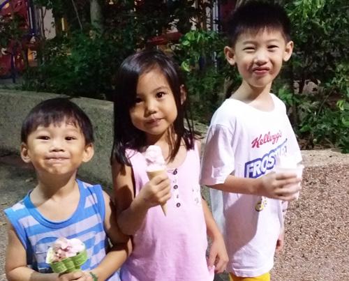 Kao Kids eating ice cream