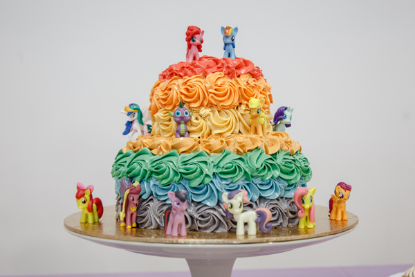 The cake with the whole jing gang of My Little Ponies